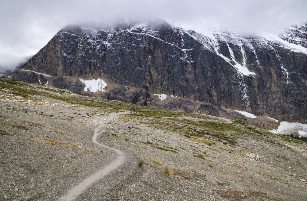 Montaña rocosa gris bajo un cielo blanco durante el día
